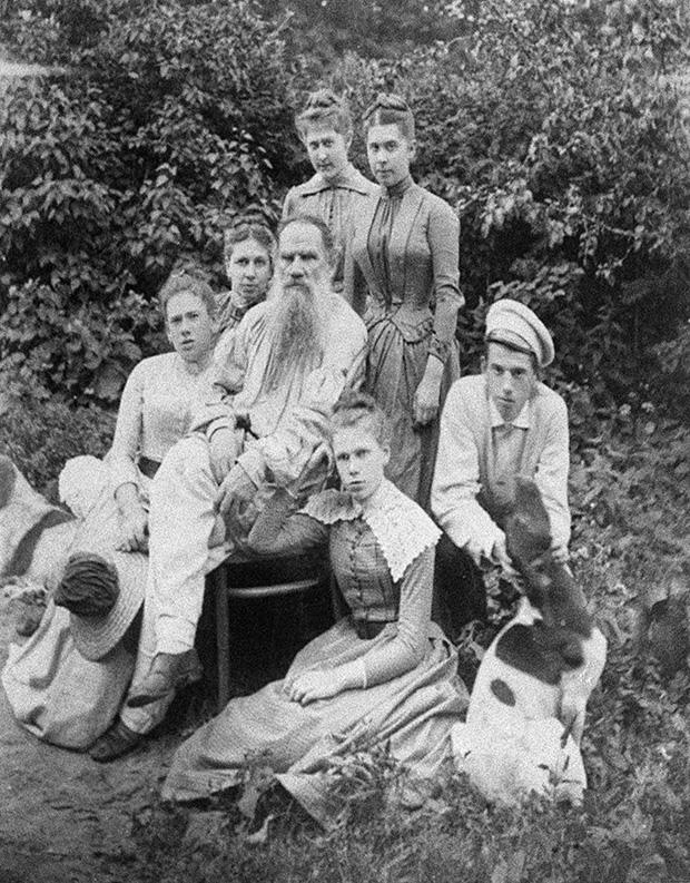 Толстой в кругу семьи в саду Ясной Поляны. 1887 год