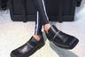 Мокасины, вдобавок с квадратным носом, можно назвать, пожалуй, самой спорной обувной тенденцией 2019 года. Удивительно, но их создателю — британскому модельеру Мартину Роузу — удалось переобуть в них сотни фэшн-блогеров. Однако в России новинка не прижилась и даже получила прозвище «уродливые лыжи». Россиян, вероятно, смутила цена мокасин: в московских бутиках они стоят около 35 тысяч рублей.