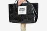 В декабре в соцсетях стало вирусным видео женщины с гигантской сумкой на плече, которая пыталась протащить ее через турникет в нью-йоркском метро. Сумка моментально стала мемом. Однако мем оказался реальностью: пластиковый шопер входит в коллекцию американского бренда Opening Ceremony, и приобрести его можно всего за сто долларов. Другие марки, от люксовой Jacquemus до масс-маркетовой Mango, также добавили метровые сумки в свой ассортимент.