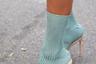 Некогда самая грубая модная ошибка — босоножки, надетые поверх носков, — перестала считаться таковой. На показах крупнейших мировых брендов (Louis Vuitton, Dolce & Gabbana, Prada, Balenciaga) модели то и дело дефилировали по подиуму в различных сочетаниях открытой обуви и носков, навязывая тренд модникам по всему миру. Результат — в таком виде папарацци ловили не только гостей лондонской и даже московской недель моды, но и самых смелых знаменитостей. Например, Дэвида Бекхэма. Спортсмен не побоялся надеть классический костюм с ярко-красными носками и кожаными сандалиями. Стилисты разводят руками: в конце концов, при правильном сочетании расцветки и материалов эта комбинация может выглядеть не так страшно.