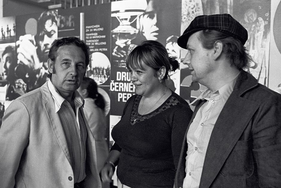 Свой первый спектакль в режиссерском качестве успешная на тот момент театральная актриса Волчек поставила еще в 1961 году — «Двое на качелях» по пьесе Уильяма Гибсона в итоге стал визитной карточкой «Современника» и не сходил со сцены на протяжении трех десятилетий.