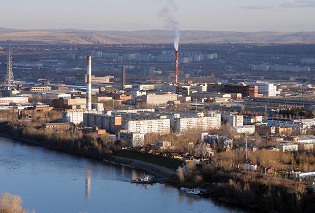 Вид на правобережную часть Красноярска, реку Енисей и промышленные кварталы Ленинского района