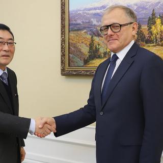 Посол по особым поручениям МИД Северной Кореи Ли Хын Сик и посол России в КНДР Александр Мацегора