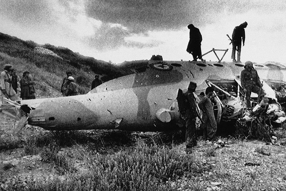 Моджахеды заявили, что сбили этот вертолет афганской армии советского производства в 16 километрах от границы с Пакистаном. Соседние с этим местом базы, по их заявлениям, были эвакуированы на следующий день.