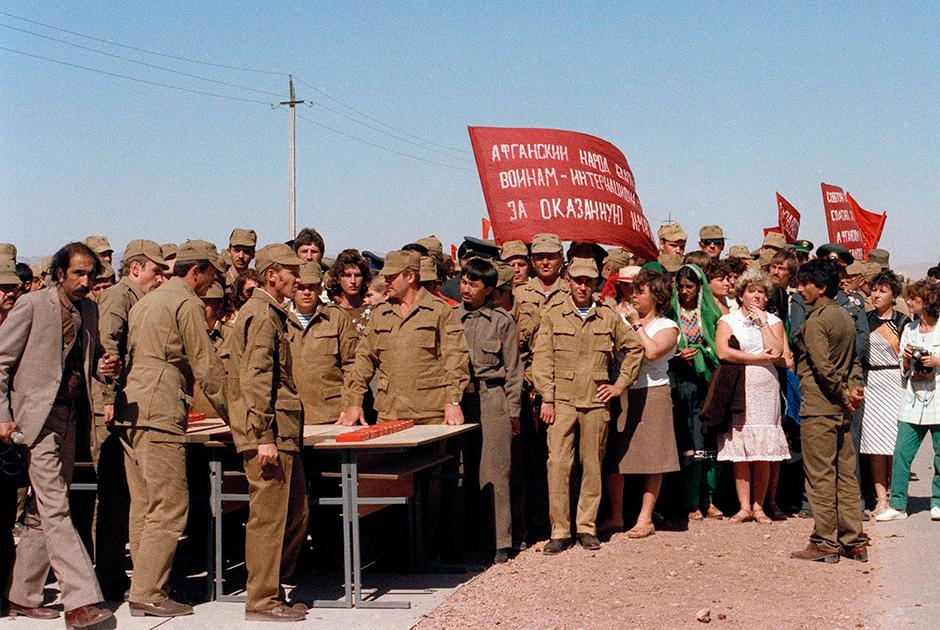 Праздник для солдат в афганском Шиндаде, октябрь 1986