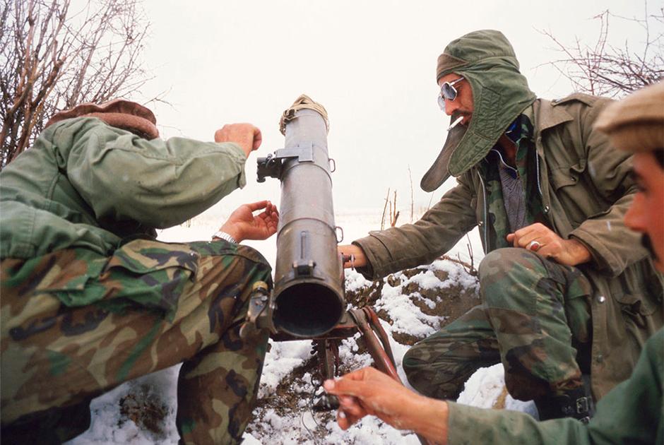 Повстанцы заряжают миномет на базе в афганских горах, 1988 год