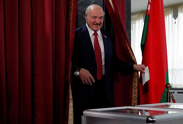 Президент Белоруссии Александр Лукашенко голосует на парламентских выборах, 2017 год
