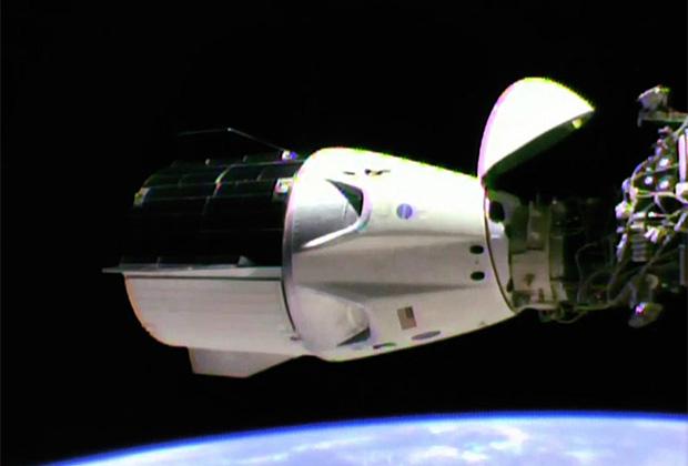 Космический корабль SpaceX Crew Dragon у МКС