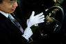 Токийские таксисты нередко одеты лучше собственных пассажиров. Когда Норихита Арима ведет машину, на нем безупречный костюм, галстук и белые перчатки. Правила таксопарка требуют, чтобы водитель был гладко выбрит, и запрещают делать татуировки или носить темные очки.