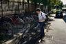 После завершения рабочего дня Норихита Арима оставляет такси на стоянке компании и возвращается домой на велосипеде.
