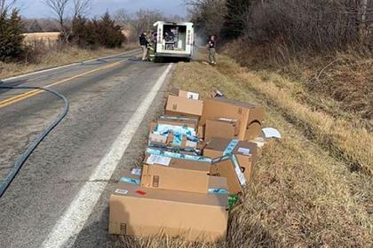 Почтальон спас рождественские посылки из горящего грузовика