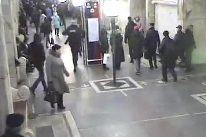 Появилось видео задержания женщины с ножом в московском метро