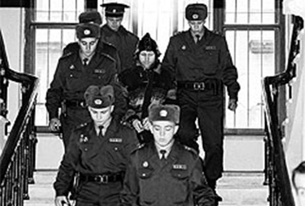 Анатолий Оноприенко под конвоем