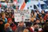 Протестующие в первую очередь требуют сохранения суверенитета Белоруссии. При этом Россия неоднократно заявляла, что подобные вопросы никогда не стояли на обсуждении и не предполагались в Союзном договоре. Белорусский лидер по этому вопросу высказывается крайне неоднозначно: он то убеждает своих граждан, что у Минска и Москвы уважительные деловые отношения, то делает резкие заявления, что Белоруссия будет искать защиты у НАТО в случае покушения на ее территориальную целостность, не уточняя, кто, собственно, будет покушаться. <br></br> Впрочем, протесты в Белоруссии не носят массового характера. Как отмечал летом глава МИД Владимир Макей, в основном население страны беспокоят вопросы трудоустройства и оплаты труда.