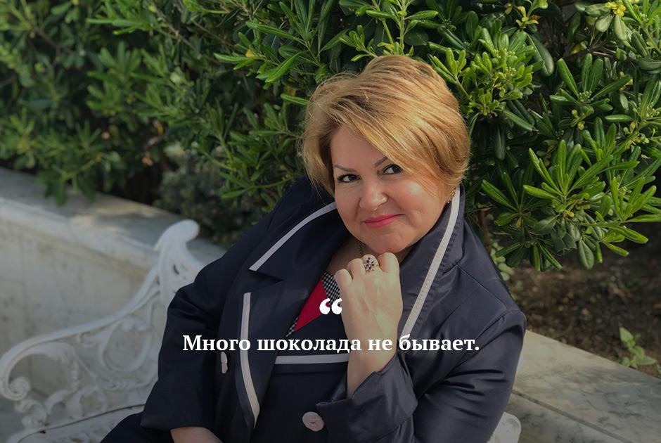 """Пока одни получают мизерную пенсию, другие <a href=""""https://lenta.ru/news/2019/09/17/chocolate/"""" target=""""_blank"""">принимают</a> «шоколадные» ванны и делятся этой радостью в Instagram. Свое фото в нафталановой ванне опубликовала советник губернатора Ульяновской области по вопросам информационных технологий Светлана Опенышева. Позже она <a href=""""https://lenta.ru/news/2019/09/17/sorry/"""" target=""""_blank"""">извинилась</a> и попыталась оправдаться тем, что такие процедуры в азербайджанских санаториях <a href=""""https://lenta.ru/news/2019/09/17/chocolate_money/"""" target=""""_blank"""">стоят</a> недорого — всего каких-то 650 долларов за недельный курс (более 40 тысяч рублей). <br></br> Увольнять чиновницу не стали. Вместо этого ей сделали выговор, признав, что ей стоило бы «жить более скромно»."""