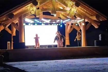 Одиноко танцующих артистов «самой грустной вечеринки» предложили наградить