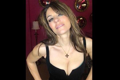 54-летняя актриса надела платье с глубоким декольте и обрадовала фанатов