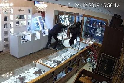 Ювелир пнул дверь и остановил вооруженных мачете грабителей