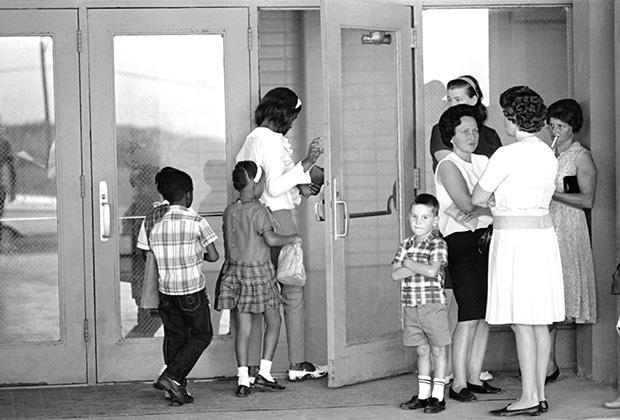 Афроамериканцы заходят в школу в приходе Плакеминс, 1966 год