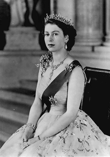 Королева Елизавета II в тиаре, подаренной ей на свадьбу королевой-матерью. 1954 год