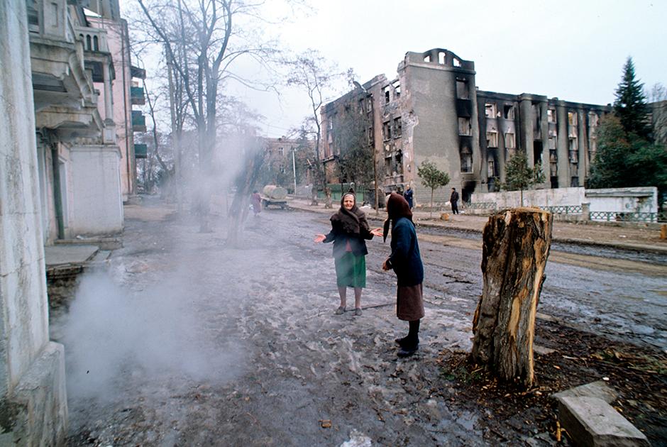 Как утверждает Армения, всего во время Карабахской войны 1992-1994 годов по столице Арцаха со стороны Азербайджана было выпущено около 21 тысячи снарядов «Град», 2,7 тысячи ракет «Алазань», почти 2 тысячи артиллерийских снарядов, а также 180 авиационных осколочных бомб и около 100 полутонных фугасных бомб, в том числе с жидким взрывчатым веществом.