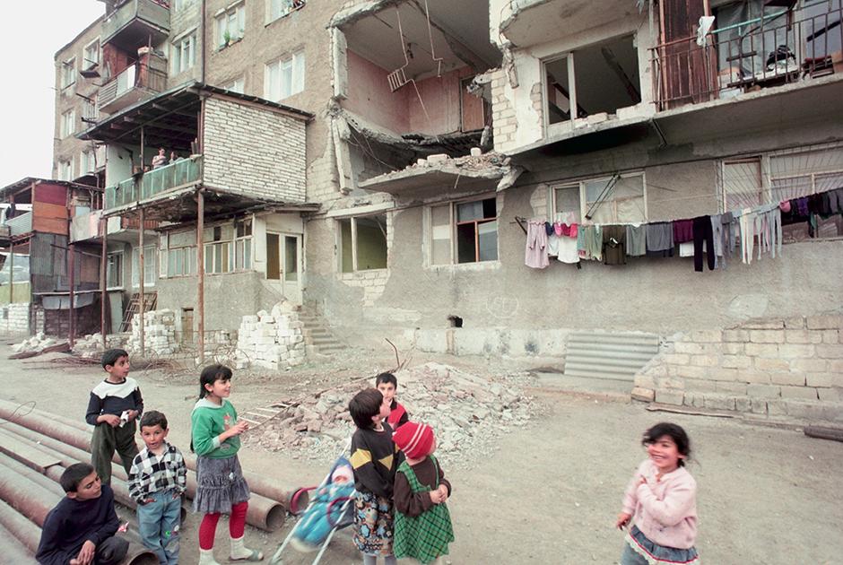 Один из самых ожесточенных боев первого года Карабахской войны развернулся в городе Шуши. Операция по его освобождению от азербайджанских военных получила название «Свадьба в горах». Штурм начался в 02:30, в ночь на 8 мая и продлился всего один день. Примечательно, что в числе тех, кто удерживал Шуши под контролем Азербайджана, был будущий лидер чеченских сепаратистов и боевик Шамиль Басаев.