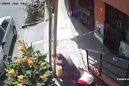 Пенсионер стряхнул маляра с девятиметровой лестницы и попал на видео