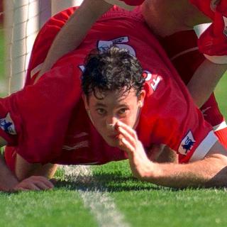Футболист «Ливерпуля» Робби Фаулер, подозревавшийся в употреблении кокаина, отмечает гол в дерби с «Эвертоном»