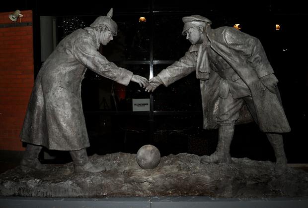Памятник «Сейчас мы заодно» (All Together Now), установленный в Ливерпуле