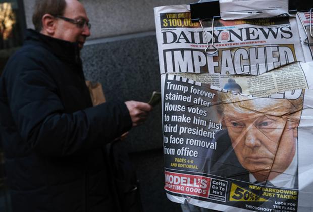 Обложка газеты Daily News с портретом президента США Дональда Трампа на следующий день после объявления ему импичмента палатой представителей
