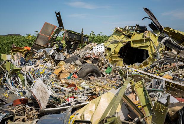 Обломки сбитого в Донбассе самолета рейса MH17 Malaysia Airlines