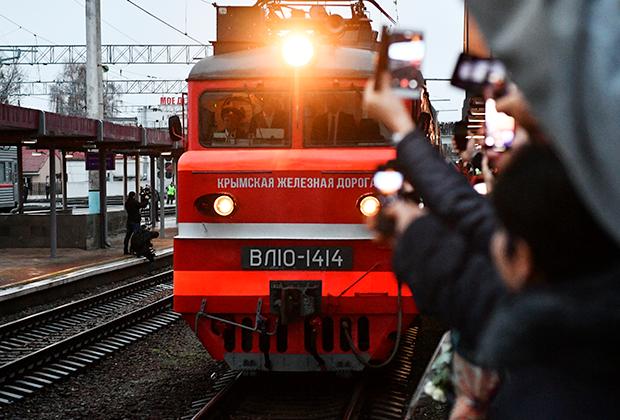 """Встречающие на перроне вокзала в Симферополе, куда прибыл фирменный двухэтажный поезд """"Таврия"""" (№27), проследовавший по маршруту Москва - Симферополь."""