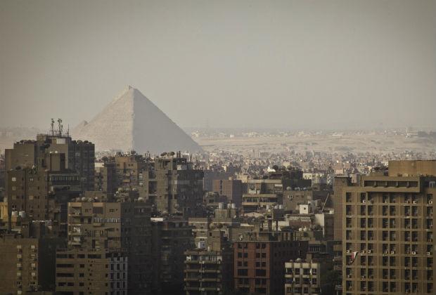 Вид на пирамиды Гизы из пригорода Каира