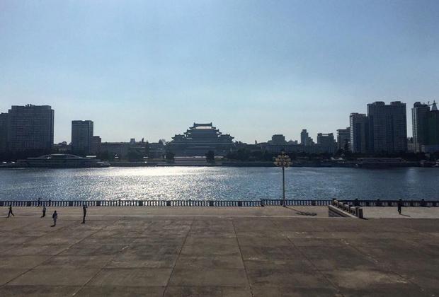 Вид на площадь имени Ким Ир Сена через реку Тэдонган