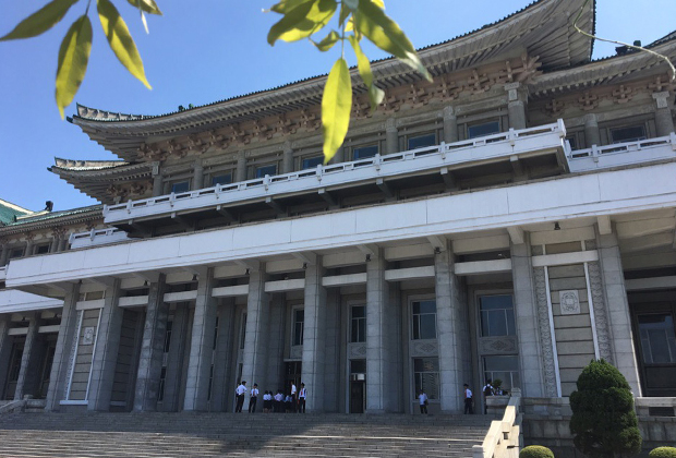 Вход в здание Народного дворца учебы