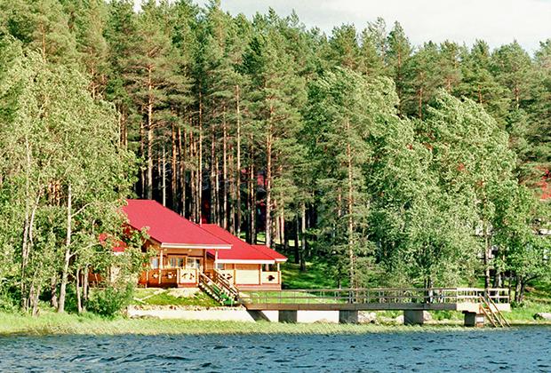 Президент Борис Ельцин приехал в Карелию на Сатурады, чтобы провести часть летних каникул в озерной республике