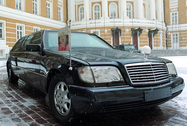 Борис Ельцин вышел на работу в Кремль после недельного пребывания в загородной резиденции «Горки-9», где он лечился от простуды. Март 1998 года