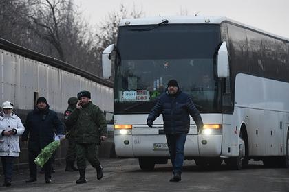 Автобус с пленными на КПП на окраине города Горловка в ДНР