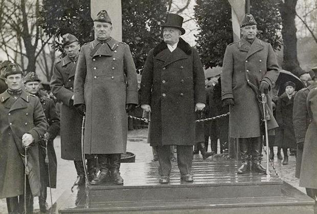 Юбилей Эстонской Республики. Пятс (в центре) и Лайдонер принимают парад на трибуне. 1930-е годы