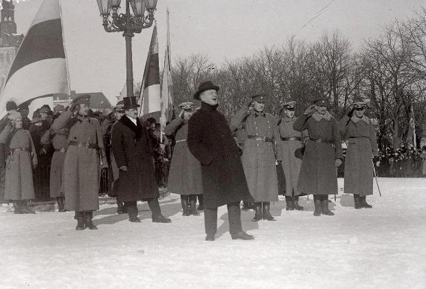 Премьер-министр и военный министр Константин Пятс выступает с речью на параде, посвященном 1-й годовщине провозглашения Эстонской Республики на площади Петри, 1919 год