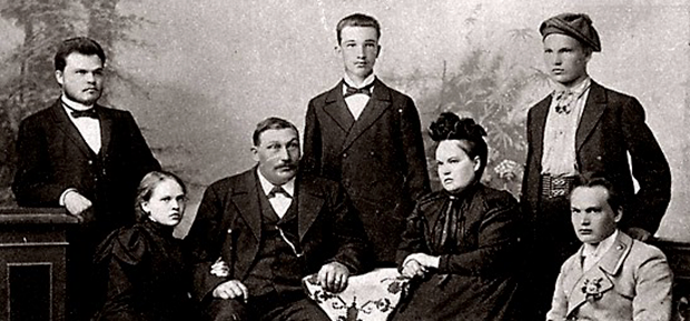Семья Пятс (слева направо): брат Николай, сестра Марианна, отец Якоб, брат Вольдемар, мать Ольга, братья Петр и Константин.