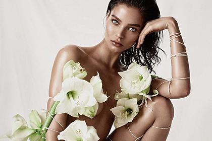 Российская модель попозировала перед камерой голой в цветах