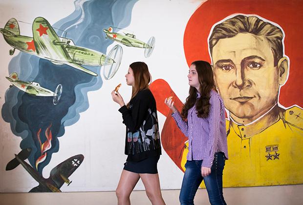 Портрет героя Советского Союза, летчика Николая Семенко на стене школы в Славянске, 2014 год