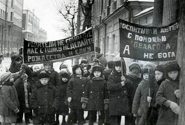 Митинг детей против Рождества и елки