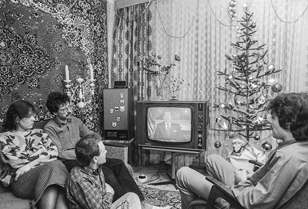 Советские граждане слушают обращение президента США Рональда Рейгана. 1 января 1988 года