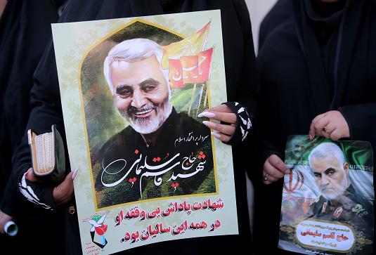 Плакаты на похоронах Сулеймани