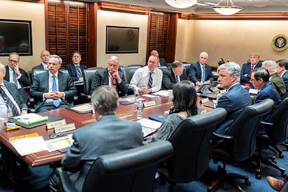 Дональд Трамп и Майкл Пенс на совещании с советниками Белого дома