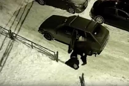 Россиянин выбросил мертвого мужчину из машины и попал на видео