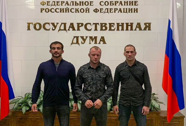 Александр Шлеменко (в центре)