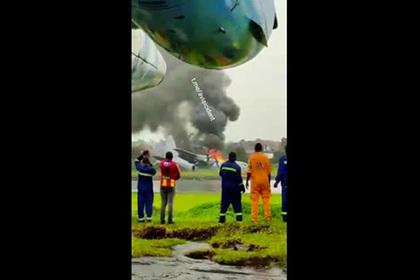 В Центральной Африке загорелся и попал на видео самолет с миссией ООН